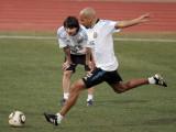 梅西关注队友训练