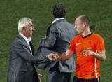 荷兰主帅与罗本握手