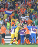 抱团庆祝胜巴西