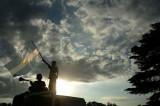 孩子高高举起国旗