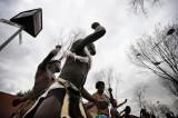 人们跳起舞蹈迎接加纳队