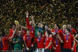 西班牙球员传递奖杯
