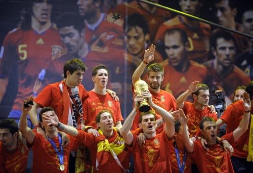 图文-新科冠军西班牙队大游行尽情的欢庆胜利