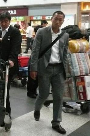 朝鲜队回国编织袋装行李廉价包裹足让国足LV队汗颜