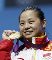 李雪英展示金牌