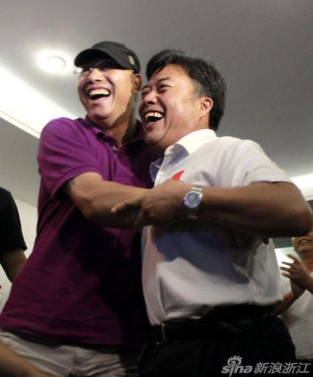 叶诗文夺冠,叶爸和杭州体育局局长赵荣福相拥庆祝