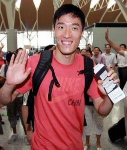 """刘翔启程赴伦敦称奥运只是游戏谈""""女友""""语塞"""