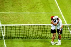 夺得网球混双铜牌的美国布莱恩夫妇在获胜后亲吻庆祝。新华社发