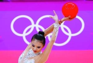 邓森悦在球操比赛中展示柔韧美。