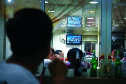铜川路街头排档食客们观看奥运会