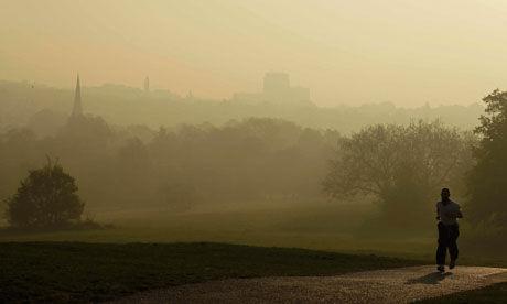 伦敦市民在雾霾天气中慢跑