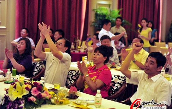 李晓霞父母电视前助威