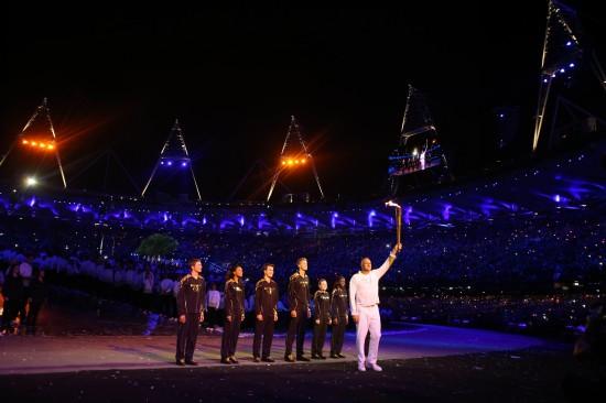 """7月27日,2012年伦敦奥运会主火炬在伦敦奥林匹克公园主体育场""""伦图片"""