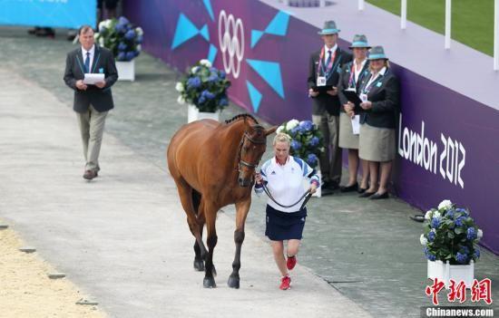 2012年7月27日,2012年伦敦奥运会,各国马术队进行马匹检验,英女王外孙女亮相。图片来源:Osports全体育图片社
