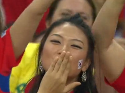 韩国美女球迷看台飞吻