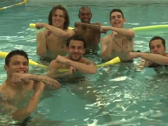巴西众将泳池神同步 神秘手势祝福内马尔