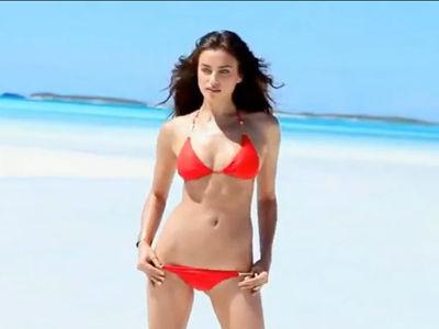 C罗女友《Maxim》封面秀 性感比基尼双峰傲人