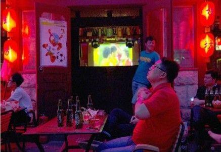 一位中国球迷在北京的一所酒吧里观看巴西对克罗地亚的比赛