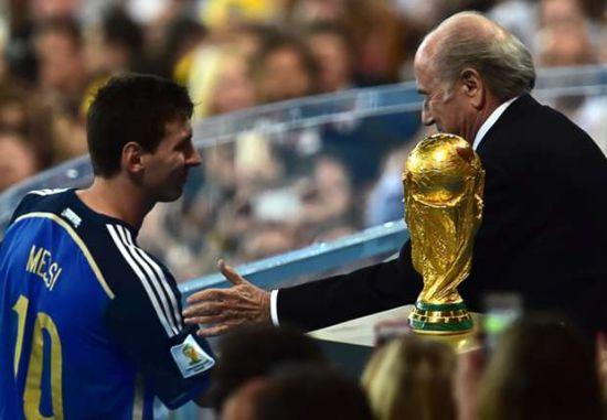 梅西被授予世界杯金球奖奖杯