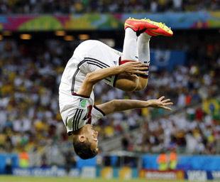 世界杯-克洛泽进球救主平大罗纪录德国2-2平加纳