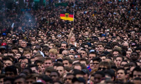 碉堡!德国最勇敢女球迷 她在法国街头以一敌万(图)