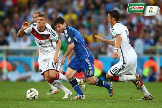 克罗斯在世界杯决赛中防守梅西