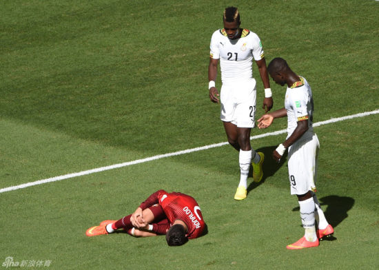 C罗被撞倒后痛苦不堪