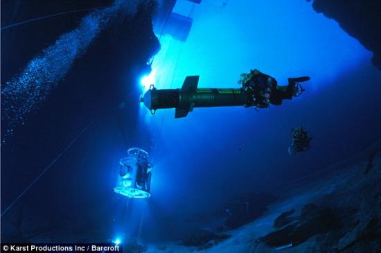 新浪科技讯 北京时间10月7日消息 据英国《每日邮报》报道,吉尔•海尼斯或许是世界上最勇敢的女性了,因为她经常在漆黑寒冷的海底洞穴探索,其勇气不禁令许多男士折服。在近20年时间里,吉尔•海尼斯一直是最顶尖的海底洞穴潜水员。她曾经爬行通过南极洲、墨西哥湾、佛罗里达州和百慕大的许多海底洞穴,幸亏吉尔•海尼斯没有幽闭恐惧症。吉尔•海尼斯还保持着海底洞穴潜水距离最长的世界记录,同时也是世界上第一个在南极冰山洞穴潜水的人。   为了保持体温、保障氧气供应,每次海底洞穴探秘