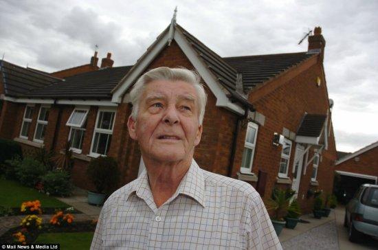 当太空垃圾穿透屋顶掉到阁楼时,英国老人韦尔顿正在家中