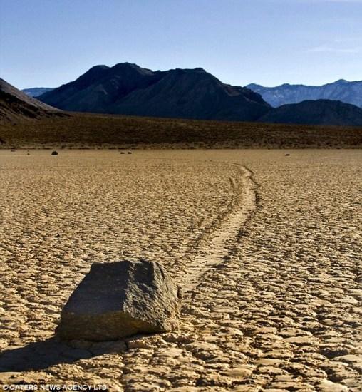 死亡谷内的巨大石块在沙漠上自行滑动