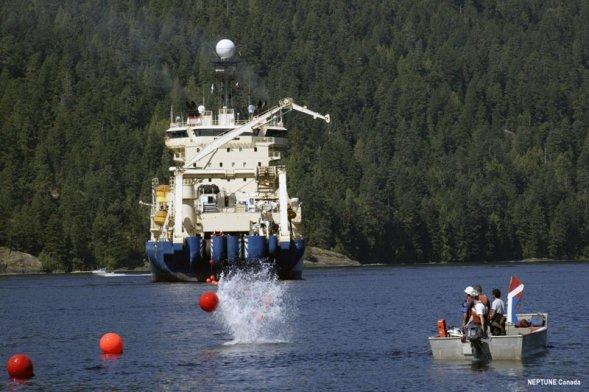 """""""塞纳岛""""号电缆敷设船。2007年夏季,阿尔卡特朗讯公司的""""塞纳岛""""号电缆敷设船开始在适当位置敷设""""加拿大海王星""""的电缆。""""海王星""""网络的巨大""""脊骨""""是一条800公里长的光纤电缆,环绕坐落于温哥华岛沿岸的胡安・德・富卡构造板块。"""