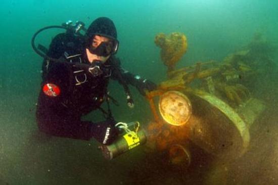 布加迪跑车沉湖70年后重见天日 两成零件完好 20101128237