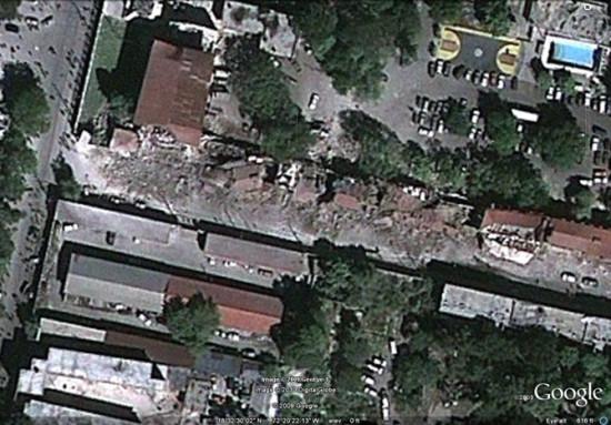 国家宫殿旁边的建筑一侧在地震中完全坍塌,成为一片废墟。