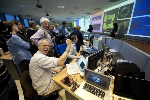 欧洲核子研究中心的科学家庆祝对撞成功