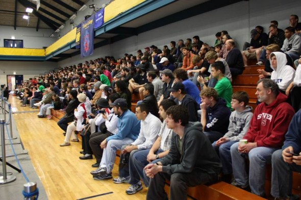 机器人比赛在美国当地很受关注,场馆的看台上坐满了对机器人充满热情的观众