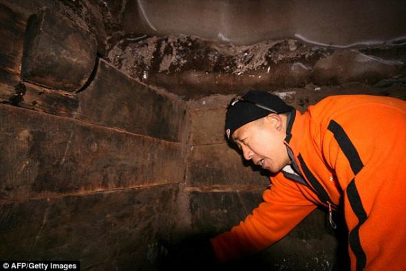 根据中土联合探险队公布的照片,一名队员正在查看一座木制结构的部分,他们宣称这一结构可能是亚拉拉特山存在诺亚方舟的证据。目前尚未有该地点的外部照片,探险队表示,在土耳其政府将其指定为考古遗址以前,他们不会公布发现疑似诺亚方舟的准确地点