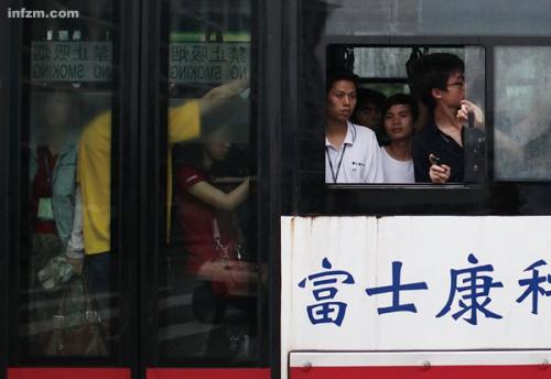 这些富士康员工每天坐着穿梭巴士上下班,往来于固定的车间和宿舍,却不清楚未来的方向。 (南方周末记者 王轶庶/图)