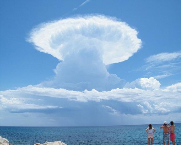 """这个""""原子云""""是在希腊爱欲岛拍摄,简直像极了核试验升起的蘑菇云。"""