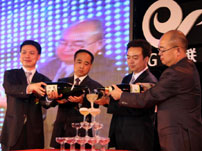 出席领导及嘉宾举杯庆祝