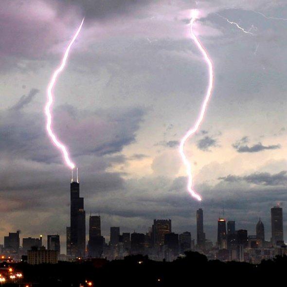 两道闪电同时击向美国芝加哥摩天大楼