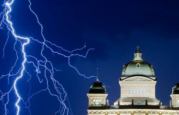 闪电照亮瑞士上空