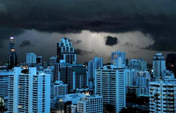 闪电照亮泰国曼谷的建筑群