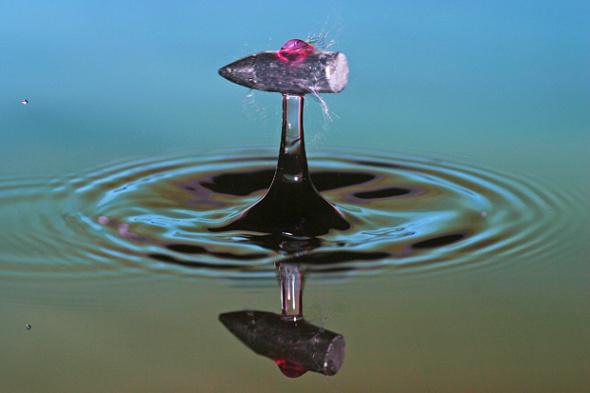子弹穿过水滴的瞬间。