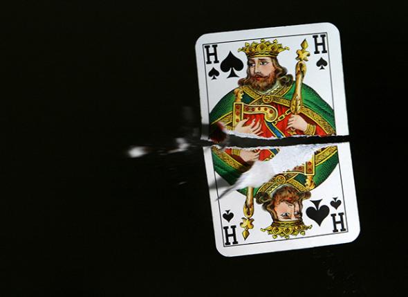 子弹穿过扑克牌的瞬间。