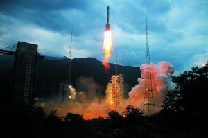 10月1日,搭载着嫦娥二号卫星的长征三号丙运载火箭升空。   新华社发