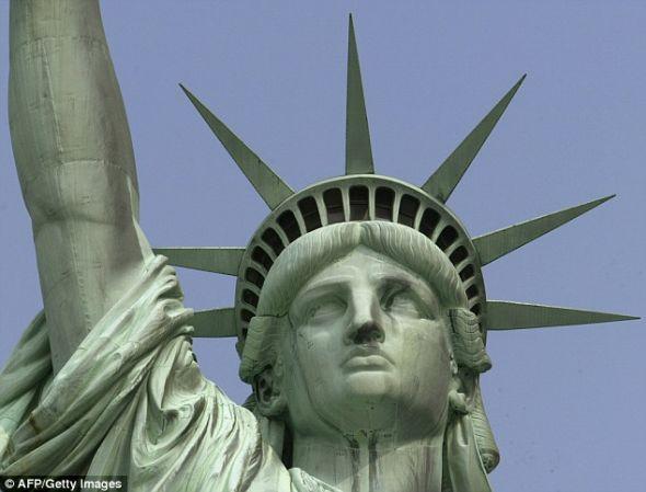 杰伊·菲恩一直希望拍到闪电击中自由女神像的照片,并为之努力和等待了40年了。