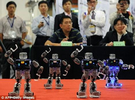 """评委们观看机器人的""""集体舞蹈"""""""