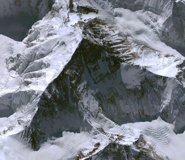 这是2009年11月21日拍到的世界最高峰――珠穆朗玛峰的全景图,它比海平面高29035英尺(约合8.85公里)。
