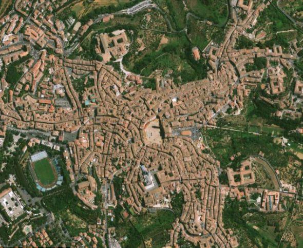 意大利锡耶纳市的红瓦屋顶。位于图片中间的建筑物是著名的康波广场。