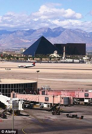第九名:美国拉斯维加斯麦卡伦机场,入选原因是它令沙漠和大都市形成鲜明对比,周围美景令乘客赞叹不已